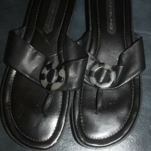 Bandolino Black Leather flip flop sandals 8 M
